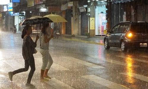Mưa nặng hạt ở Đài Bắc vài giờ trước khi bão Lekima tới. Ảnh: EPA.