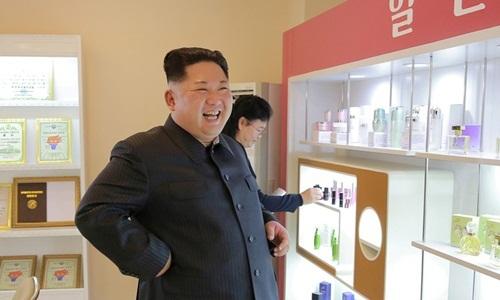 Lãnh đạo Triều TiênKim Jong-un thăm một nhà máy mỹ phẩm trong nước. Ảnh: KCNA.