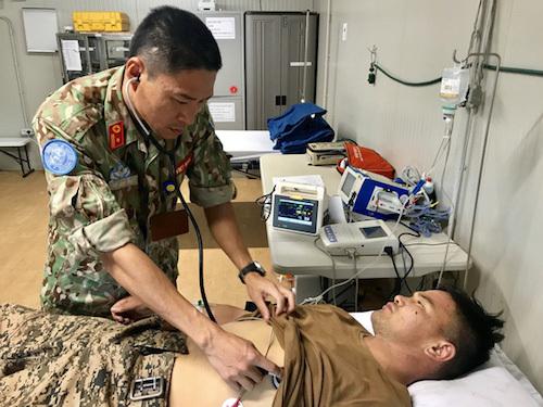 Thiếu tá, Bác sĩ Hồ Ngọc Phát tham gia cấp cứu bệnh nhân người Mông Cổ. Ảnh: BVDC