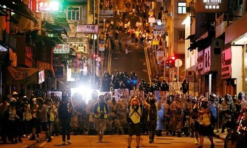 Người biểu tình kéo đến Văn phòng Liên lạc Trung Quốc tại Hong Kong. Ảnh: Reuters.