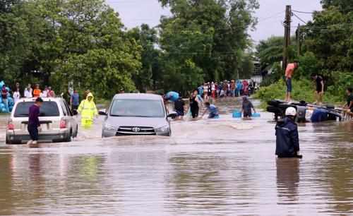 Mưa lũ 3 ngày qua tại Đăk Lăk khiến nhiều tuyến đường bị ngập nặng. Ảnh: Trần Hóa.