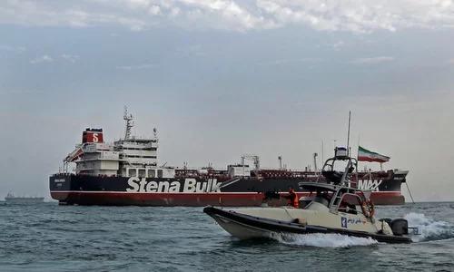 Xuồng vũ trang Iranáp tải tàu dầu Stena Impero hôm 20/7. Ảnh: ISNA.