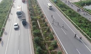 Công nhân ùn ùn chạy qua cao tốc Hà Nội - Bắc Giang
