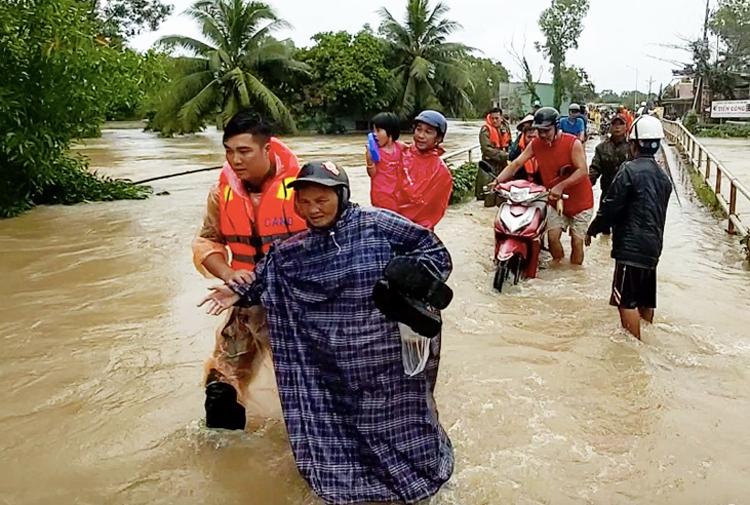 Lực lượng chức năng đưa người dân qua khỏi vùng nguy hiểm ở Phú Quốc. Ảnh: Nguyễn Tuấn.