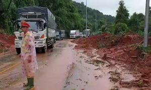 Xe cộ ùn ứ hàng chục km vì đèo Bảo Lộc sạt lở