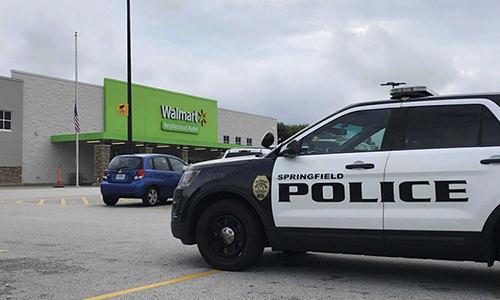 Cảnh sát có mặt tại siêu thị Walmart ở Springfield, bang Missouri, Mỹ hôm 8/8. Ảnh: AP.