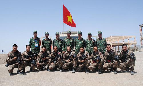 Đội Việt Nam trước giờ thi đấu tại căn cứ Korla hôm 8/8. Ảnh: QĐND.