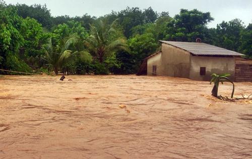 Nước lũ dâng cao gây ngập nhà dân ở Bình Phước. Ảnh: Văn Trăm.