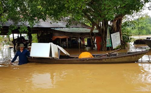 Nước lũ gây ngập nhà dân ở huyện Định Quán, Đồng Nai. Ảnh: Phước Tuấn.