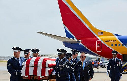 Lễ hồi hương hài cốt cựu binh Mỹ Roy Knight Jr tại sân bay Dallas Love Field, bang Texas hôm 8/8. Ảnh: Southwest Airlines