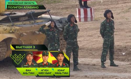 Các thành viên kíp xe VN3 trước giờ thi đấu. Ảnh chụp màn hình.
