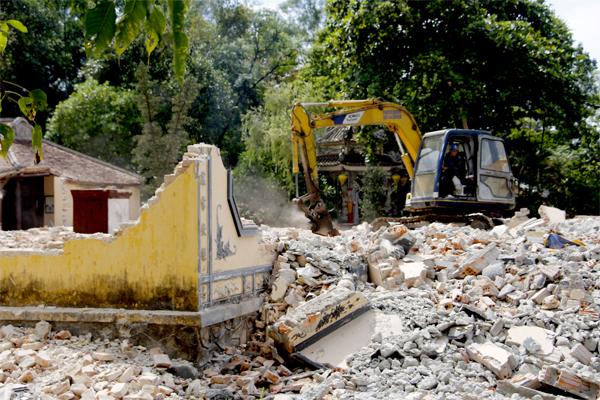 Chánh điện chùa Quốc Ânbị phá bỏ hoàn toàn để làm mới. Ảnh: Võ Thạnh