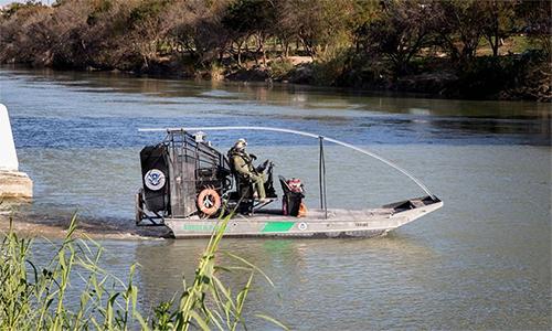 Tuần biên Mỹ tuần tra trên sông đào Rio Grande. Ảnh: Fox News.
