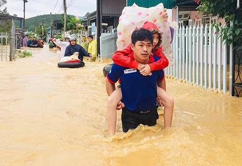 Người dânTP Bảo Lộc chạy lũ hôm 8/8. Ảnh: Hoài Thanh.