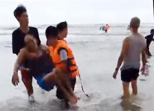 Các nạn nhân lần lượtđược đưa vào bờ. Ảnh: Cắt từ video: