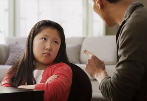 Bố mẹ nên bình tĩnh xử lý khi phát hiện trẻ trộm tiền. Ảnh: VerwellFamily