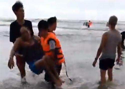 Các nạn nhân lần được được đưa vào bờ. Ảnh: Cắt từ video: