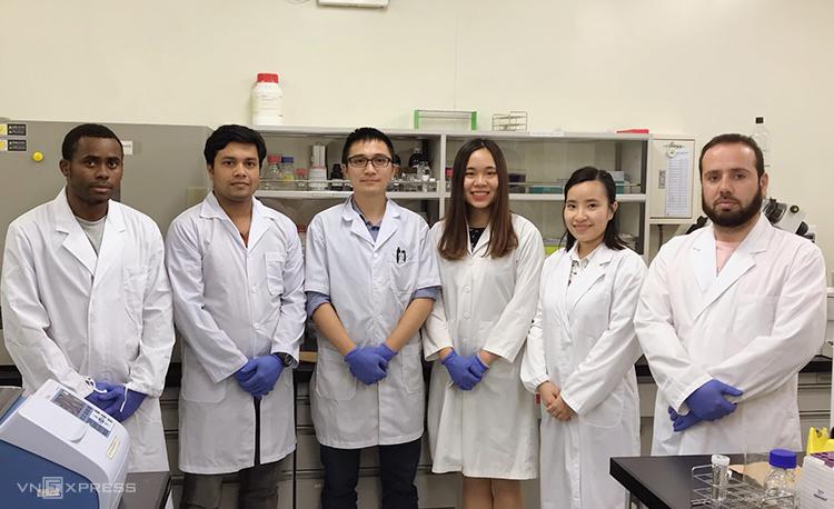 Nhóm nghiên cứu tại Phòng thí nghiệm củaĐại học Hiroshima. Ảnh: Trần Ngọc Quý.