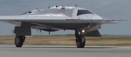 Chiếc Okhotnik chạy đà cất cánh hôm 6/8. Ảnh: Bộ Quốc phòng Nga.
