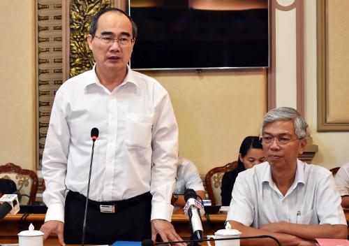 Bí thư Thành ủy Nguyễn Thiện Nhân và Phó chủ tịch UBND TP HCM chủ trì buổi nghe đề xuất của doanh nghiệp. Ảnh: Hữu Nguyên