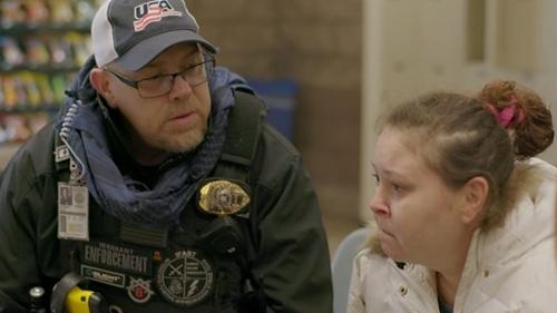 Scott Gribble (trái) đưa Keri đến một nhà giam ở Colorado. Ảnh: BBC.