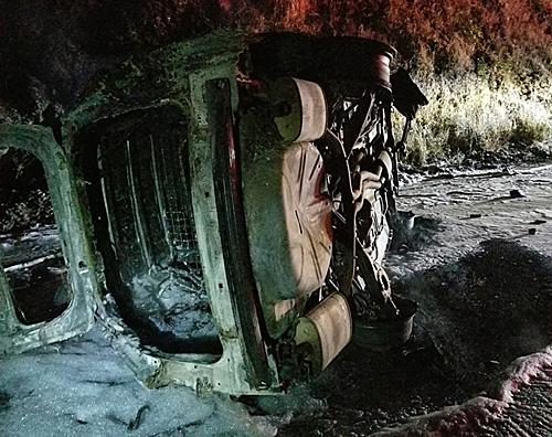 Chiếc xe của viên phó cảnh sát trưởng gần như cháy rụi sau khi bị lật. Ảnh: Facebook