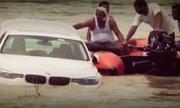 Chàng trai Ấn Độ đẩy xe sang xuống sông vì không vừa ý