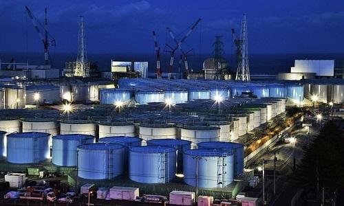 Bể chứa nước nhiễm xạ ở nhà máy điện hạt nhân Fukushima. Ảnh: AFP.