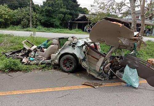 Tài xế vào cua nhanh nên đâm xe vào gốc cây gây tai nạn.