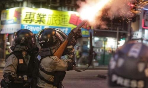 Cảnh sát bắn hơi cay vào người biểu tình tại quận Wan Chai ngày 11/8. Ảnh: AFP.