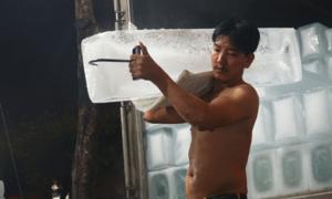 Nghề vác đá lạnh xuyên đêm ở chợ đầu mối lớn nhất Sài Gòn