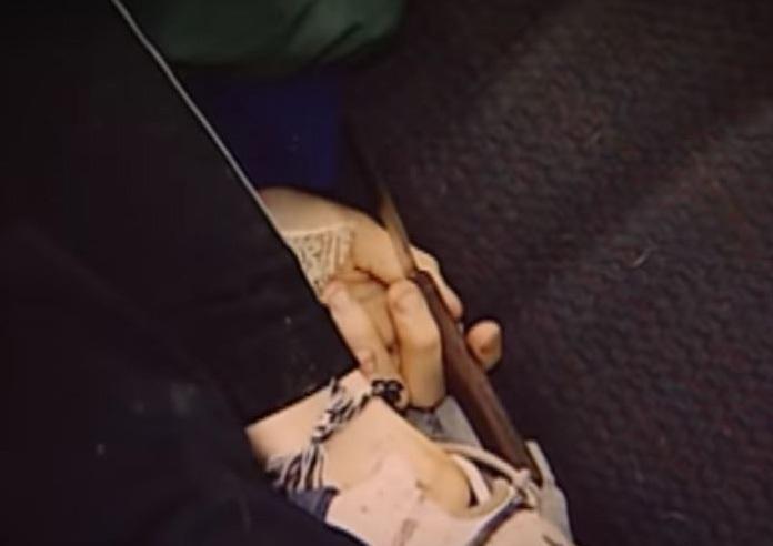 Trong tay của tử thi nắm con dao nhỏ nhưng không dính máu. Ảnh: Forensic Files.
