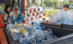 Người Indonesia đổi rác nhựa lấy vé xe buýt