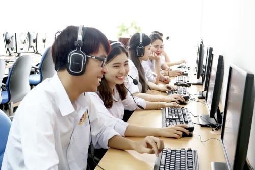 Sinh viên SIU có thể chọn theo học chương trình giảng dạy bằng tiếng Việt hoặc chương trình giảng dạy bằng tiếng Anh theo tiêu chuẩn chương trình đại học Mỹ.