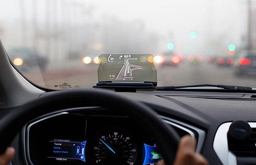 Công nghệ HUD hiển thị các thông tin giúp tài xế tập trung quan sát đường.
