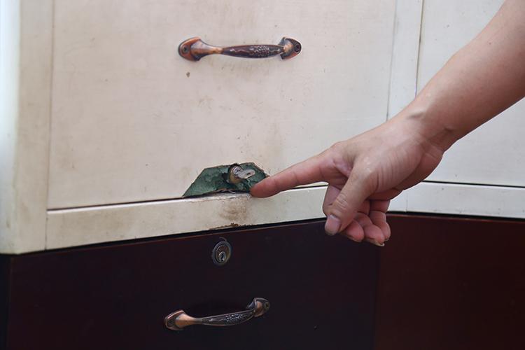 Nhiều ổ khoá tủ vàng bị kẻ đột nhập làm hỏng. Ảnh: Phạm Dự.