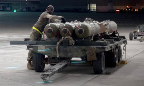 Kỹ thuật viên chuẩn bị lắp bom WCDM cho phi đội F-15E tại UAE. Ảnh: USAF.