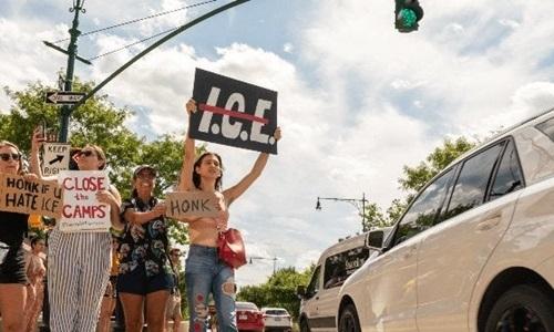Người biểu tình bên ngoài trụ sở ICE ngày 10/8. Ảnh: CNN.