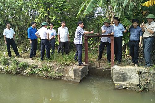 Lãnh đạo tỉnh Quảng Trị mở van xả nước từ hồ thuỷ lợi Ái Tử sang sông Vĩnh Phước để cấp nước sinh hoạt cho người dân TP Đông Hà. Ảnh: Tạ Hưng