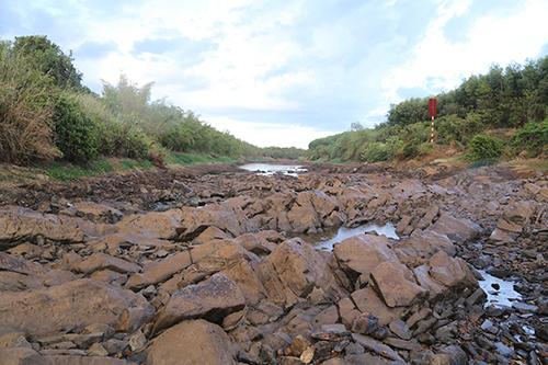 Sông Vĩnh Phước đoạn qua TP Đông Hà cạn trơ đá. Ảnh: Hoàng Táo
