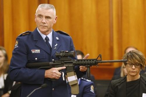 Cảnh sát Paddy Hannan ngày 2/4 chỉ cho các nghị sĩ New Zealand loại súng trường AR-15 tương tựvũ khí được kẻ xả súng tại hai nhà thờ Hồi giáo ở Christchurch sử dụng hồi tháng 3. Ảnh: AP.