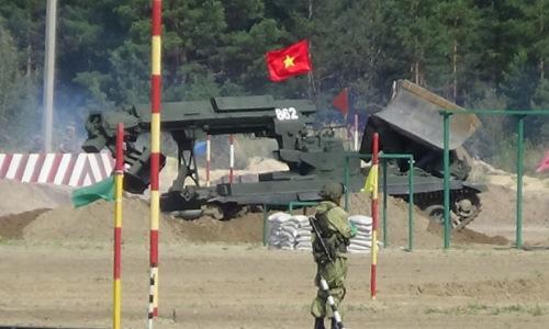 Công binh Việt Nam trong phần thi phá dỡ vật cản. Ảnh: Mỹ Hạnh.