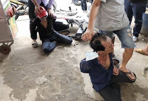 Cảnh sát bắt cướp trên đường phố. Ảnh: Công an cung cấp.