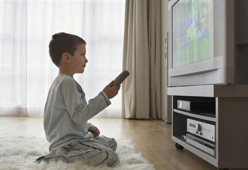 Trẻ xem tivi quá 3 giờ một ngày sẽ gây nhiều hệ lụy. Ảnh:VerywellFamily