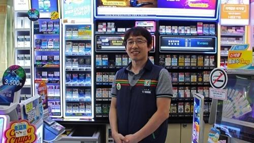Lee Sang-joon, chủ cửa hàng tiện lợi 7-Eleven ở thành phố Bucheon, Hàn Quốc. Ảnh: The World.