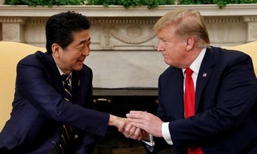 Thủ tướng Nhật Bản Shinzo Abe (trái) và Tổng thống Mỹ Donald Trump (phải) tại Nhà Trắng, Washington ngày 26/4. Ảnh: Reuters.
