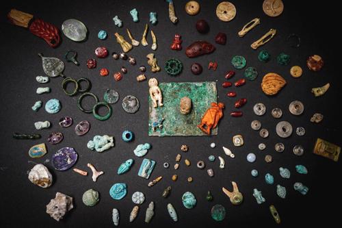 Những vật dụng cổ xưa trong chiếc hòm gỗ được tìm thấy ở Pompeii. Ảnh: EPA.
