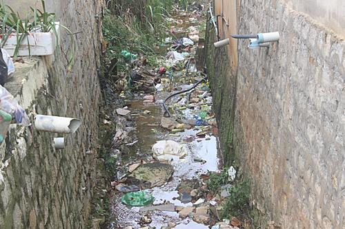 Tình trạng người dân lấn suối xây nhà lại còn xả rác trực tiếp xuống suối gây tắc nghẻn khá phố biến tại những khu dân cư dọc hai bên suối ở Đà Lạt. Ảnh: Quốc Dũng.