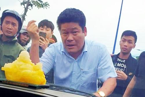 Nguyễn Tấn Lương đứng trước xe chở cán bộ công an tỉnh Đồng Nai 2 tháng trước. Ảnh: Thái Hà