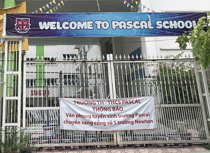 Một trong bốn cổng của trường Pascal trong ngày 13/8. Ảnh: Phạm Dự